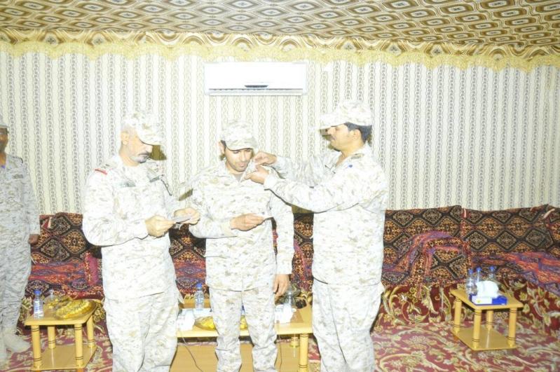 قائد القوة الضاربة السعودية يقلد آل رفيع رتبته الجديدة