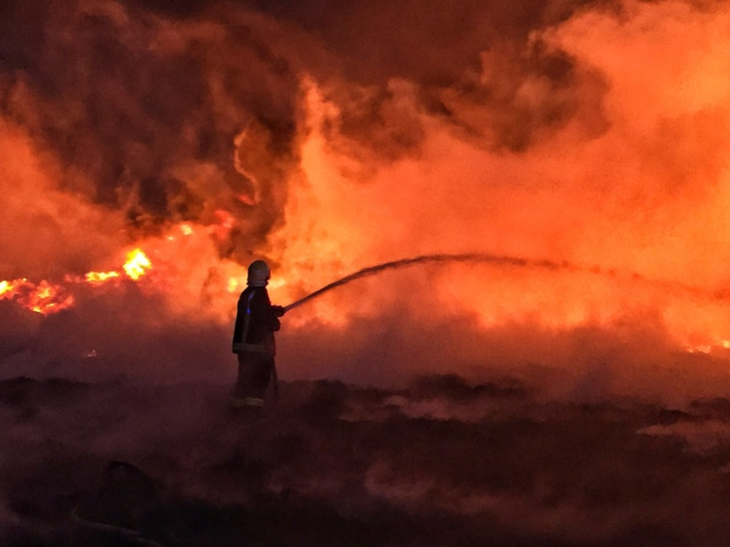 شاهد .. مدني حائل يسيطر على حريق بمجموعة خردة بمساحته ٣٠ الف متر