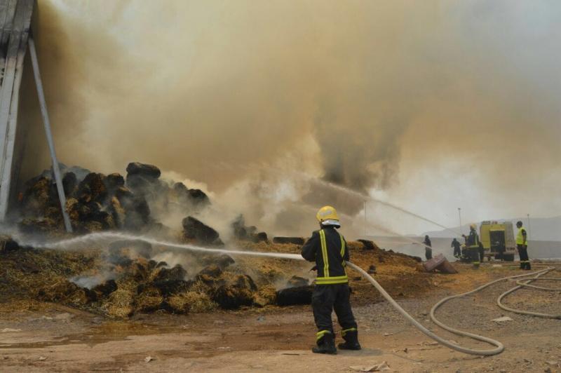 بالصور .. إخماد حريق بمستودع أعلاف بالمدينة المنورة دون إصابات