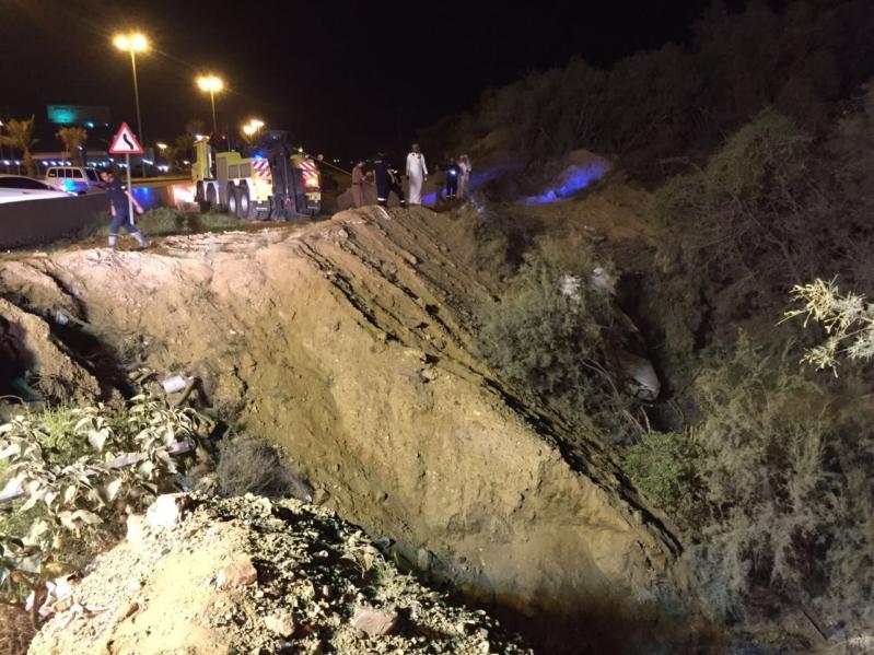 صورة مباشره سيارة سقطت ببئر بطريق وادي بن هشبل
