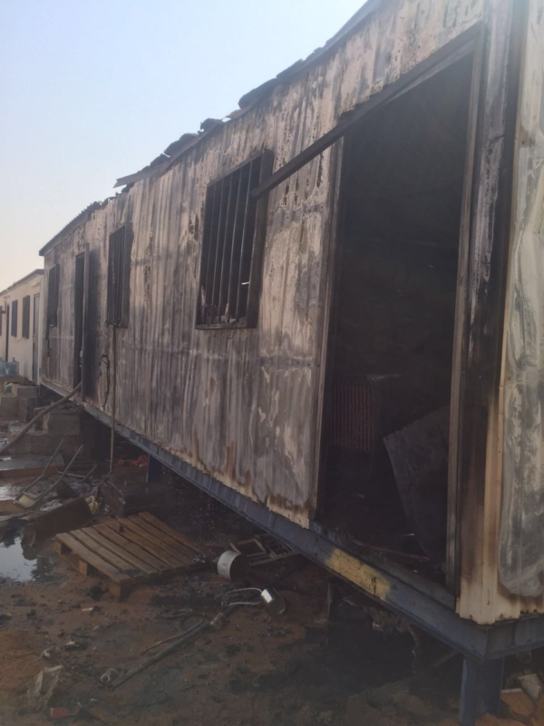 بالصور .. إخماد حريق بسكن عمال مشروع القطار بحائل