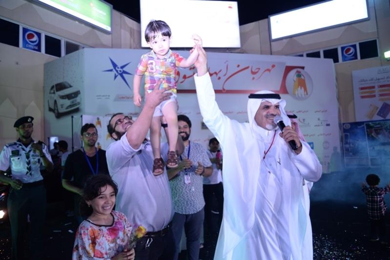 صور طفل مصري يفوز بالسيارة التاسعه بمهرجان. التسوق بابها