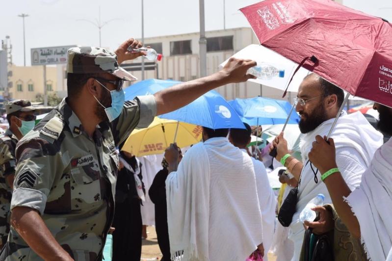بالصور .. رجال الأمن دليلاً للحجاج التائهين