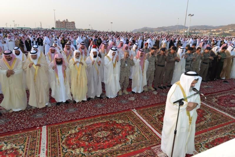 صور امير عسير يتقدم المصلين في صلاه عيد. الأضحى ويستقبل المهنيين