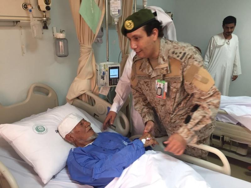 مدير مستشفيات القوات المسلحة بالجنوب يعايد المصابين والمرضى المنومين