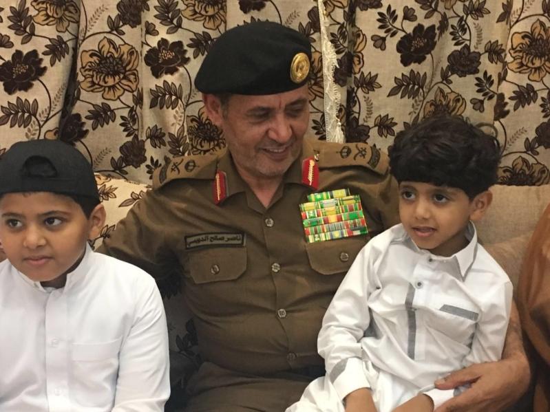 بالصور مدير شرطة جازان ينقل التعازي لعائلة الشهيد العواجي