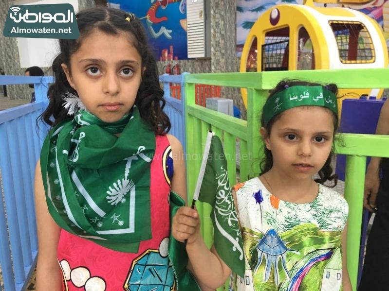 طفلتين تحملان الاعلام