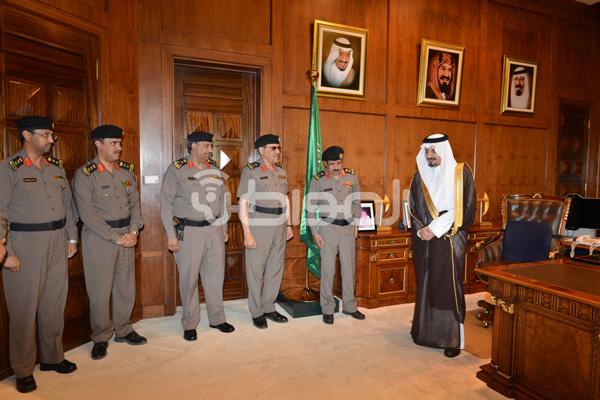 أمير عسير يستقبل اللواء الأحمدي ومساعديه