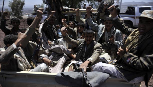 """""""الحوثيون"""" يمنعون قادة يمنيين من الهرب بمطار صنعاء"""