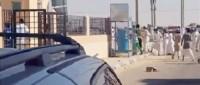 بالفيديو.. مواطنون ينقذون شاباً من الانتحار برميه بالحجارة