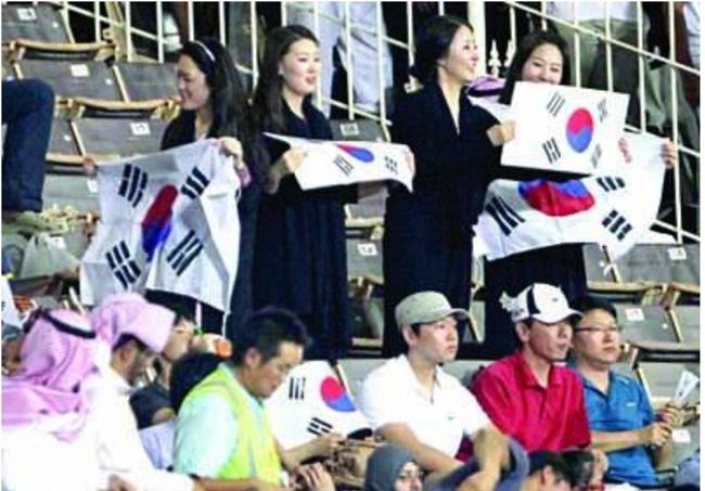 نساء كوريات يتجاوزن الحظر ويؤازرن فريقهن أمام الأهلي