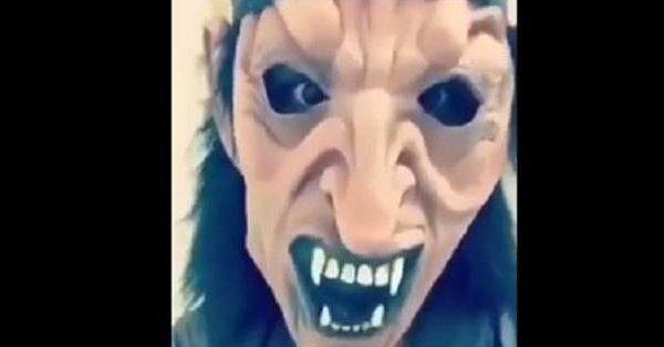 بالفيديو.. صراخ طفلة أخافها قريبها بقناع مرعب.. والعمل تعلق