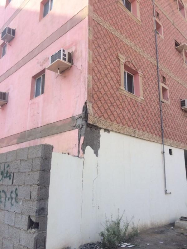 مدني جدة يخلي سكان مبنى  جراء تشققات ظهرت عليها