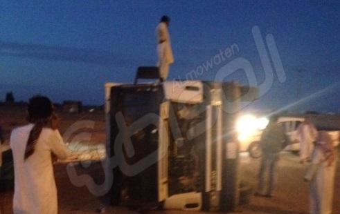 """خمول سائق يتسبب بانقلاب """"قلاب """"على الدائري الغربي برفحاء - المواطن"""