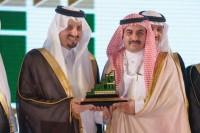 أمير عسير يكرم موقع وصحيفة تنومة