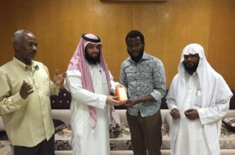 صاحب محل جوّالات يهدي هاتفاً جديداً لشخص أشهر إسلامه في #رفحاء - المواطن