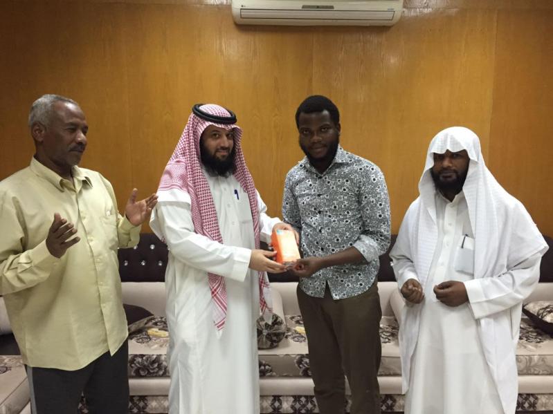 صاحب محل جوالات يهدي هاتفا جديدا لشخص أشهر اسلامه