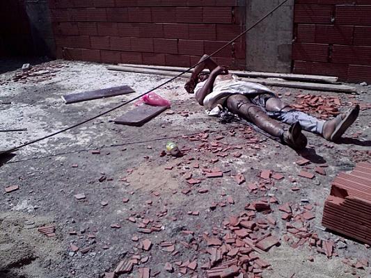 بالصورة.. مقيم يمني يُصعق بالكهرباء ويتعرض لإصابات بليغة