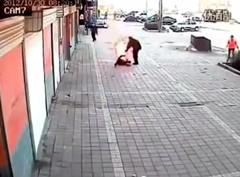 بالفيديو.. رجل ينهي خلافه مع زوجته بحرقها في الشارع - المواطن