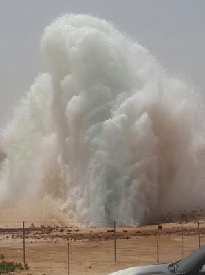 بالصور والفيديو.. انكسار إحدى أنابيب المياه على طريق الثمامة_الدمام